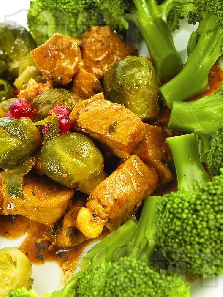 Ароматно телешко месо със задушени броколи и брюкселско зеле - снимка на рецептата
